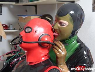 Mein Sklave mit seiner bizarren #Latex #Maske wird für seinen Ungehorsam bestraft. Madame Tina versohlt ihm den Arsch mit der Hand und der Klatsche. Dann wird er in Hand- und Fussfesseln gelegt. Madame Tina bläst dem Sklaven dann in die Nasenschläuche seiner Maske. Zum Schluss öffnet sie den Brustreissverschluss seines Anzugs und bearbeitet und kneift seine Nippel.