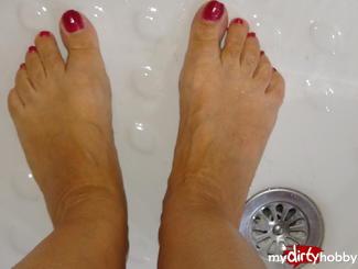 Meine Füsse in den Pantoffeln, dann auf dem Teppich aneineder reiben, die Wand hoch laufen und im Waschbecken die Zehen mit Wasser berieseln. Ich liebe das warme Wasser auf meinen Füssen. Stelle mir vor, wenn du sie mir geil massieren würdest. Ein Film für alle Fuss Fetischisten