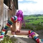 Transe Natascha aus Schwyz wichst sich nackt auf der Alm